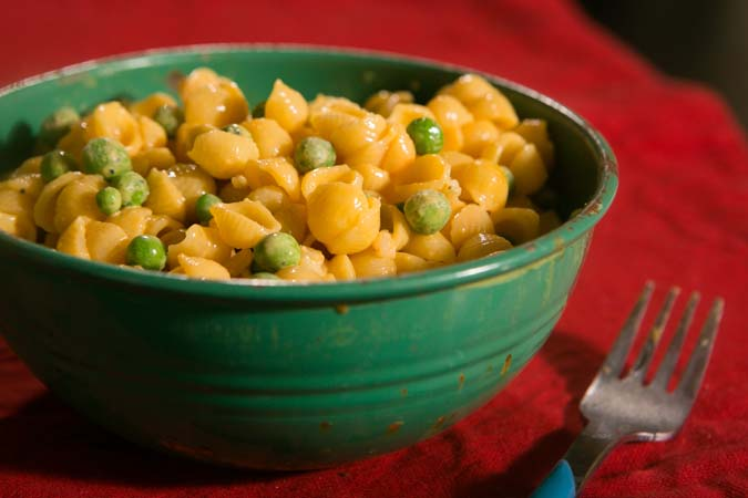 macaroni and cheese with peas